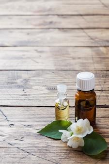 Aromaterapia con aceite de jazmín. flores de jazmín.