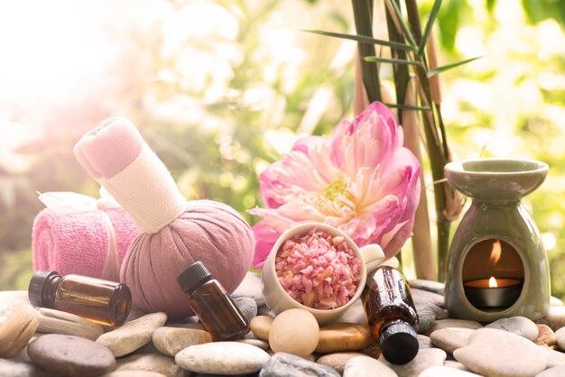 Aromaterapia con extracto de flor de loto y tratamiento de spa con sal marina en la naturaleza.