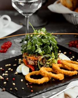Aros de cebolla con ensalada de verduras