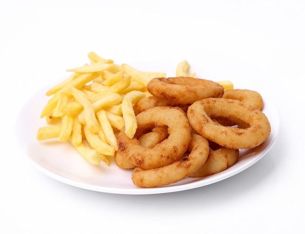 Aros de cebolla y papas fritas en blanco