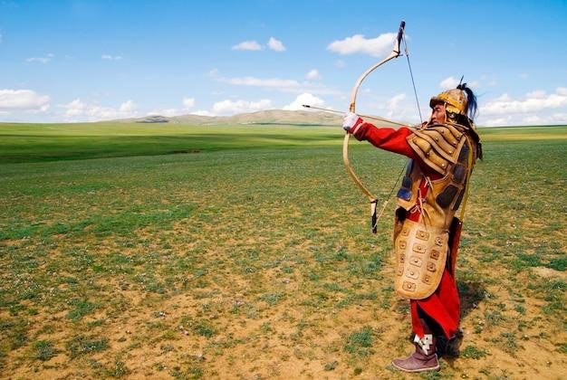 Arquero armado completo con el objetivo de disparar.