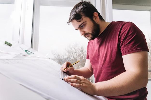 Arquitecto barbudo haciendo borradores