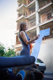 Arquitecto de bienes raíces mujer control de plan