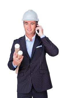 Arquitecto con un casco en el teléfono