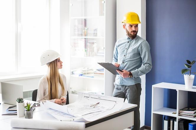 Arquitecto de sexo masculino y femenino que trabaja en la oficina