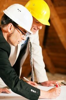 Arquitecto e ingeniero de construcción discutiendo plan