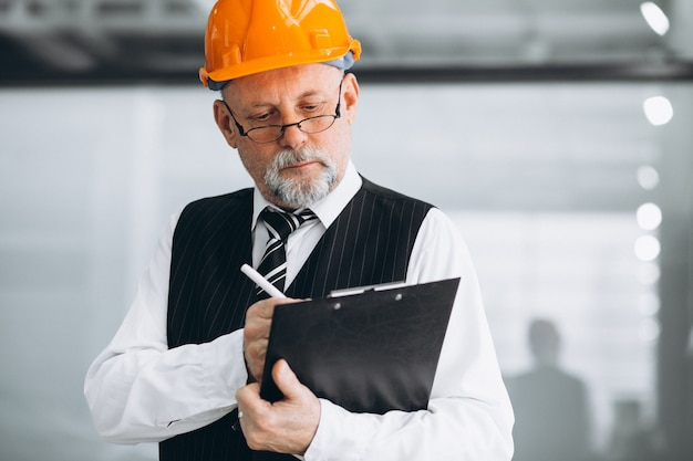 Arquitecto empresario senior en un casco