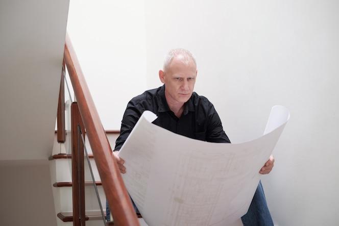 Arquitecto examinando el borrador