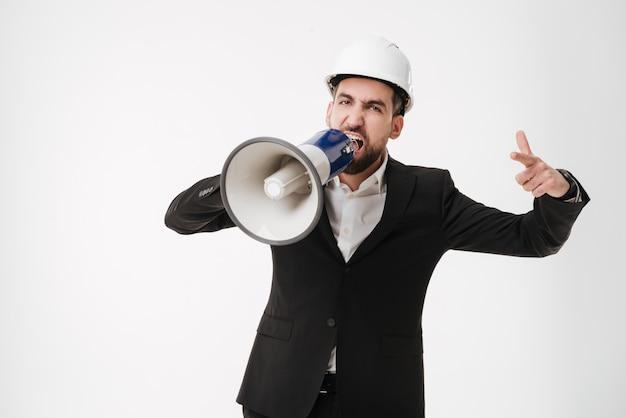 Arquitecto gritando hablando con el altavoz.