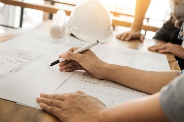 Arquitecto, ingeniero, discutir, tabla, blueprint - primer plano, manos, proyecto, impresión