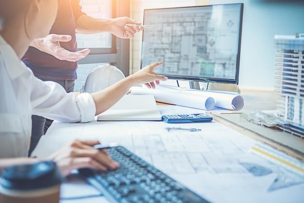 Arquitecto ingeniero de diseño trabajando en blueprint planning concept. concepto de construcción