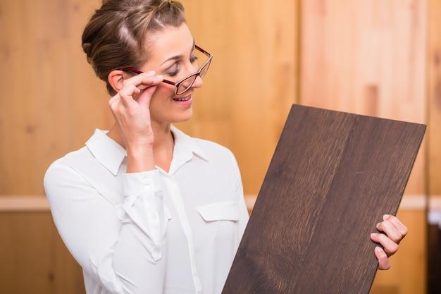Arquitecto de interiores eligiendo piso de parquet de madera