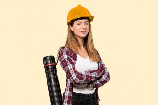 Arquitecto mujer con los brazos cruzados y mirando hacia adelante en amarillo