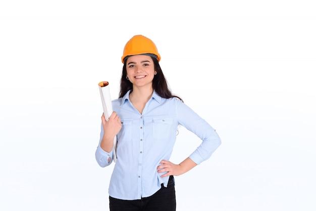Arquitecto mujer sosteniendo plano.