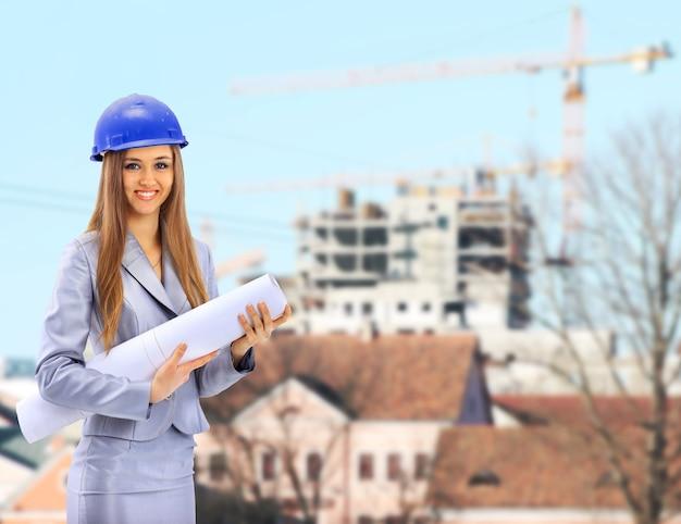Arquitecto mujer sosteniendo planos Foto Premium