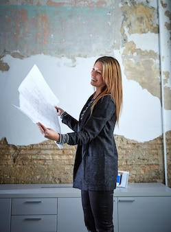 Arquitecto mujer trabajando trabajando plan en oficina