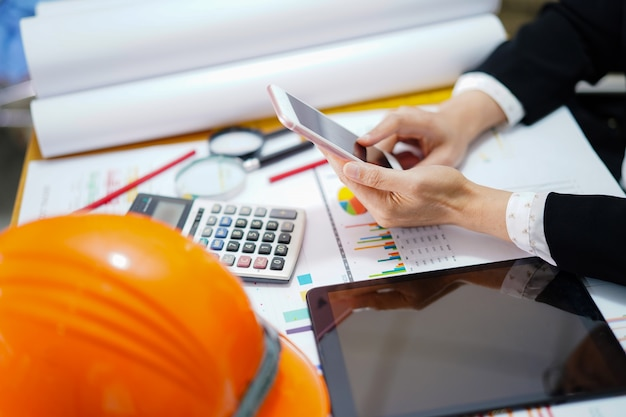 Arquitecto o ingeniero que trabaja el proyecto de contabilidad con el gráfico en la oficina.