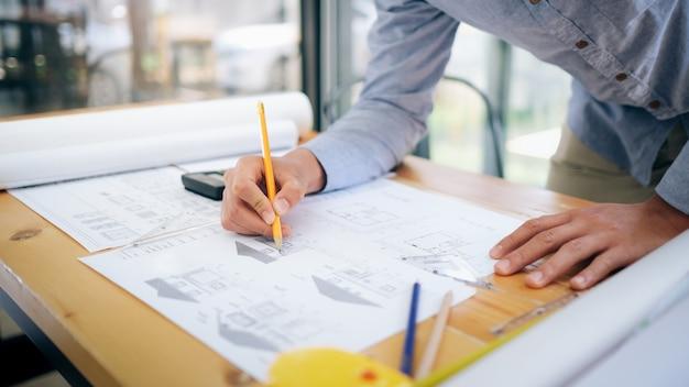 Arquitecto o ingeniero trabajando en oficina