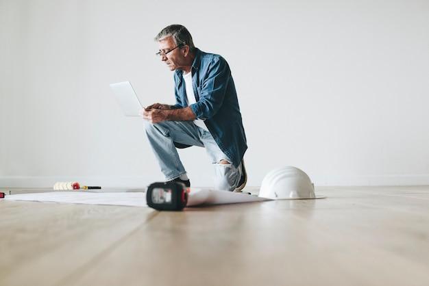 Arquitecto de sexo masculino que usa una computadora portátil