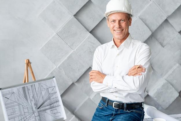 Arquitecto sonriente posando en la oficina