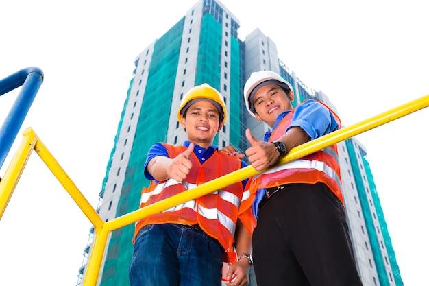 Arquitecto y supervisor chino en un sitio de construcción