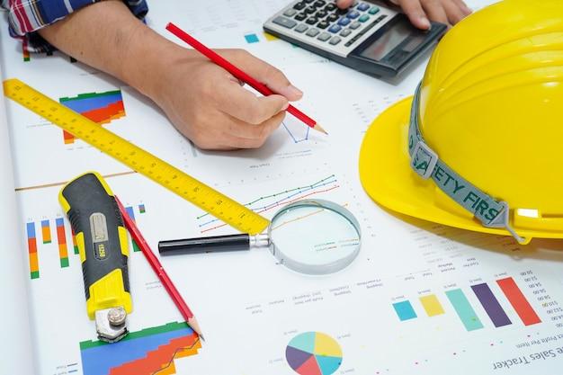 Arquitecto trabajando en contabilidad de proyectos con gráfico.