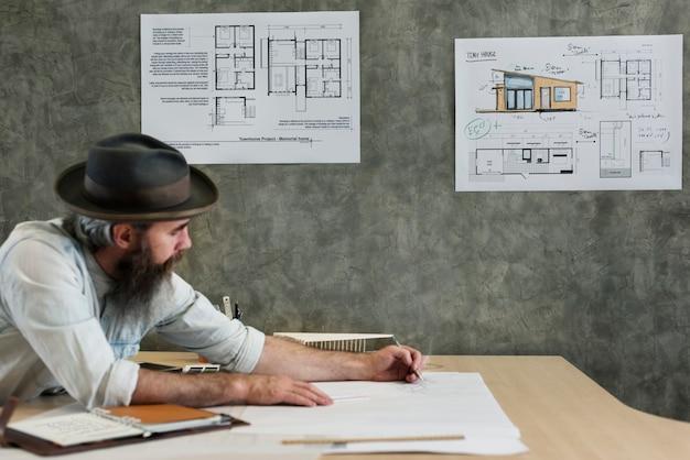 Arquitecto trabajando en un estudio de diseño