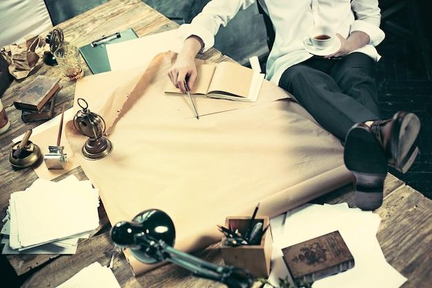 Arquitecto trabajando en la mesa de dibujo en la oficina