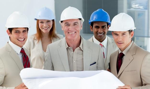 Arquitectos con cascos en un sitio de construcción