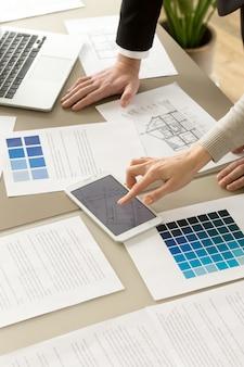 Arquitectos colegas trabajando juntos en proyecto.