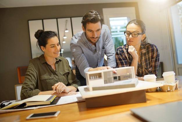 Arquitectos revisando proyecto para vivienda moderna.
