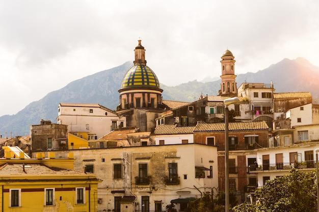 Arquitectura de casas e iglesias en vietri, italia, costa amalfitana