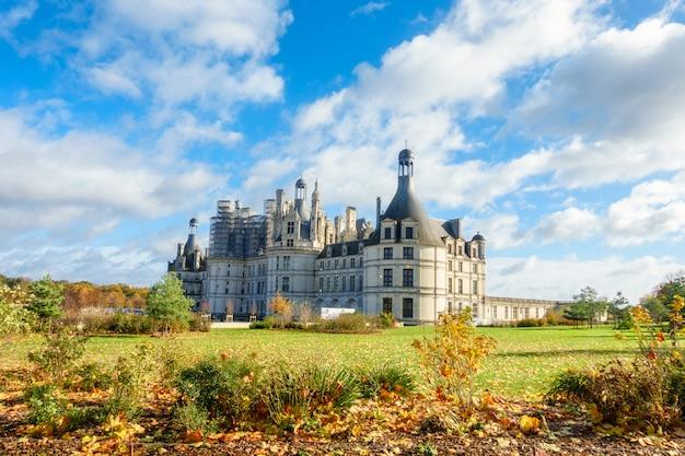 Arquitectura del castillo francés medieval real de chateau de chambord en el valle del loira
