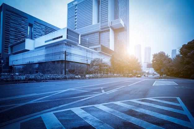Arquitectura de la ciudad de hangzhou con perspectivas de pavimento asfáltico