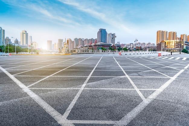 Arquitectura de la ciudad de tianjin con perspectivas de pavimento de asfalto