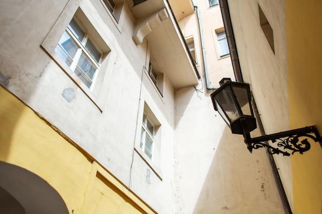 La arquitectura de la ciudad vieja de praga. farola gótica retro para alumbrado público