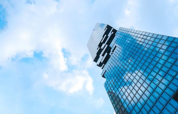 Arquitectura contemporánea edificio de oficinas paisaje urbano perspectiva rascacielos.