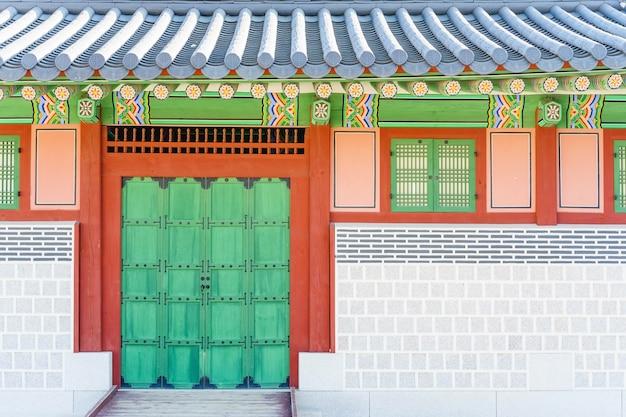 Arquitectura coreana tradicional en el palacio de gyeongbokgung en seul, corea del sur.