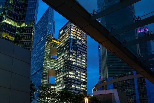Arquitectura empresarial - rascacielos y senderos de luz. centro de negocios moderno en las luces nocturnas