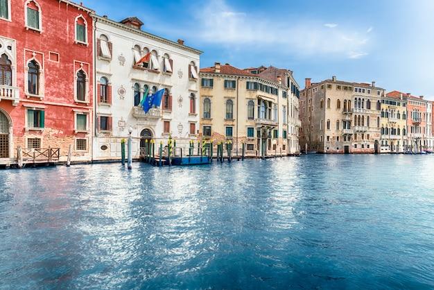 Arquitectura escénica a lo largo del gran canal en venecia, italia