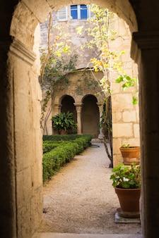 Arquitectura, exterior y concepto de diseño - arcos de nicho largo que conducen a un patio o patio mediterráneo.