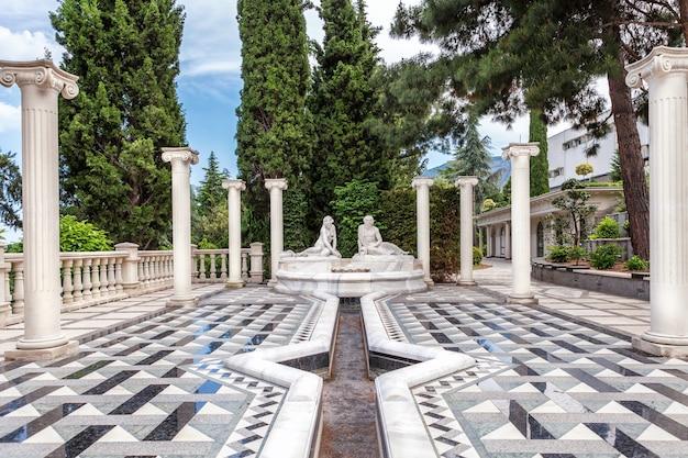 Arquitectura de mármol en estilo renacentista en el parque aivazovsky.
