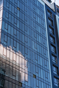 Arquitectura moderna del edificio de cristal. edificio moderno, con líneas estructurales