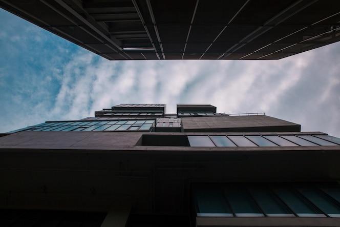 Arquitectura moderna, pared de vidrio en el edificio de oficinas