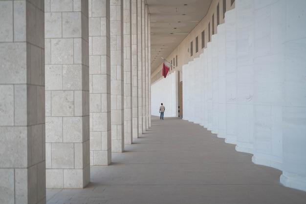 Arquitectura de qatar y hombre caminando