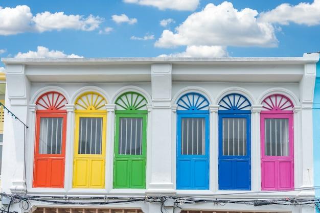Arquitectura sino-portuguesa de las ventanas coloridas del estilo en phuket tailandia. ventanas vintage clásicas