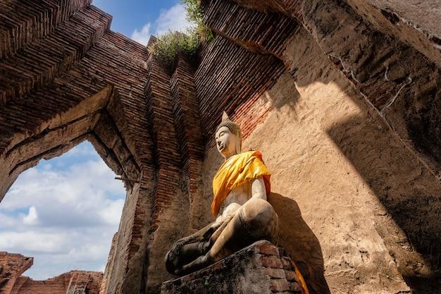 La arquitectura del templo antiguo, wat nakhon luang en ayutthaya, tailandia, sitio del patrimonio mundial