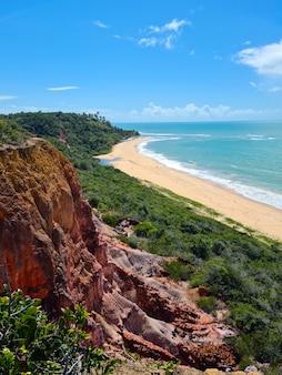 Arraial d'ajuda es un distrito del municipio brasileño de porto seguro, en la costa del estado de bahía, acantilado en la playa de pitinga