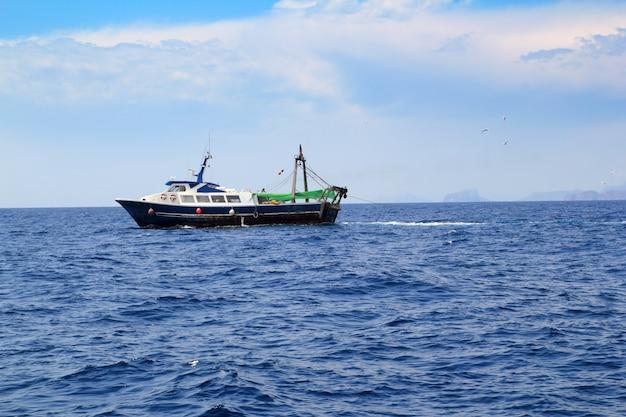 Arrastrero de pesca profesional en barco trabajando.
