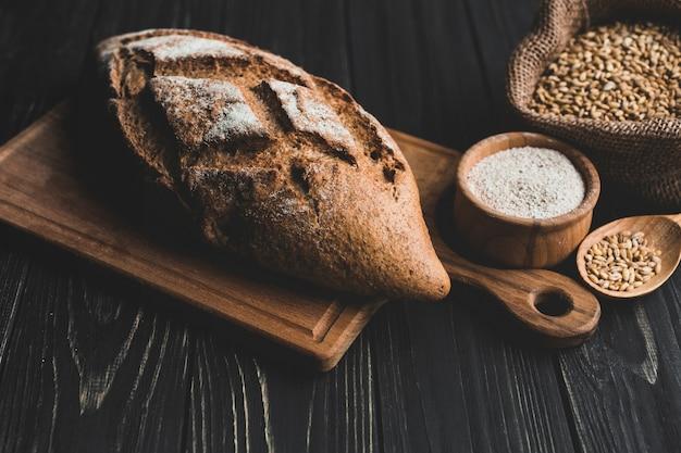 Arreglado hogaza de pan y granos